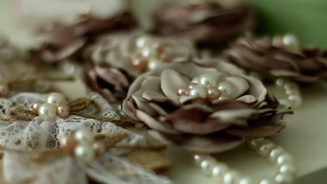 vídeos de stock e filmes b-roll de pearl jewelry and flowers - flower white background