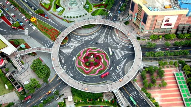 vidéos et rushes de pearl anneau rond-point, à shanghai, chine (deux photos-static & zooming) - rond point