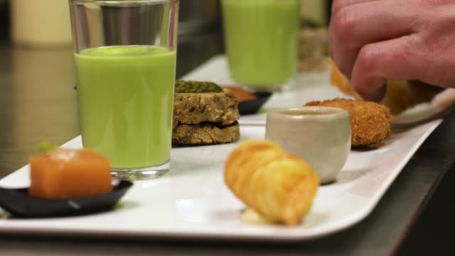 peas mashed in a gourmet restaurant with whipped cream. perfect recipe of a cook with decoration in a luxury restaurant - close-up view - cooking and gourmet concept. - cucina francese video stock e b–roll