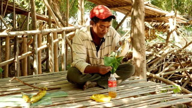 romantische eingießen squezed in eine kleine flasche honig - kambodschanische kultur stock-videos und b-roll-filmmaterial