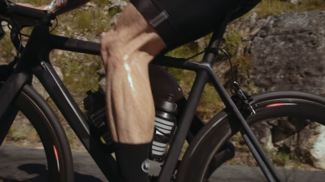 pedaling the bike uphill - ciclismo su strada video stock e b–roll