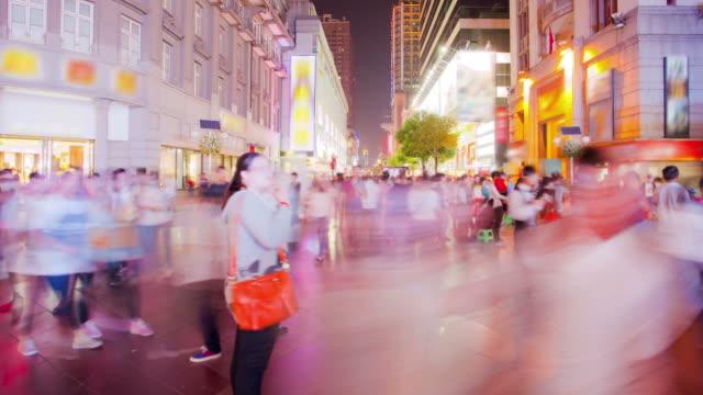 vídeos y material grabado en eventos de stock de peatones commuter multitud en wuhan town square, hubei china - wuhan