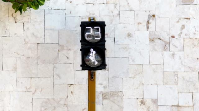 vídeos de stock e filmes b-roll de zona de peão na rua - climate clock