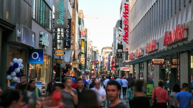 fußgänger an belebten shopping zone - köln stock-videos und b-roll-filmmaterial