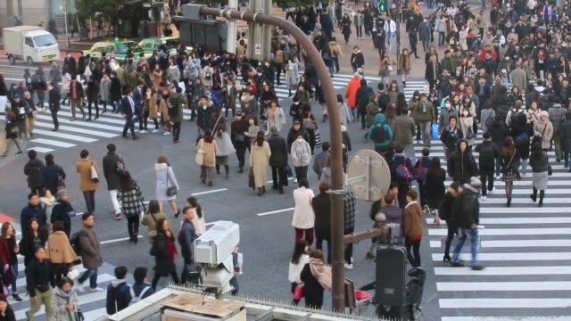 東京横断道路で歩行者 - 斜めから見た図点の映像素材/bロール