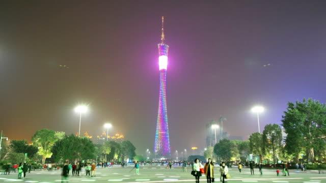 歩行者天国を歩いモダンな正方形、照明付きのランドマーク、time lapse (低速度撮影) - 中国 広州市点の映像素材/bロール