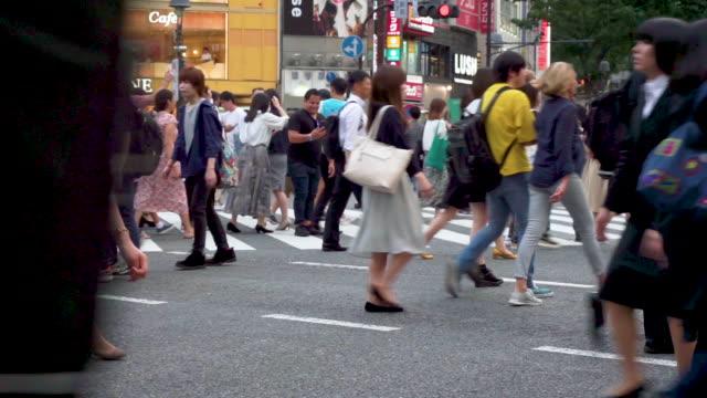 在日本東京的涉谷過境點, 行人橫穿馬路 - 澀谷交叉點 個影片檔及 b 捲影像