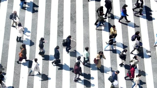 渋谷の日の時間を横切る歩行者-スローモーション - 交差点点の映像素材/bロール