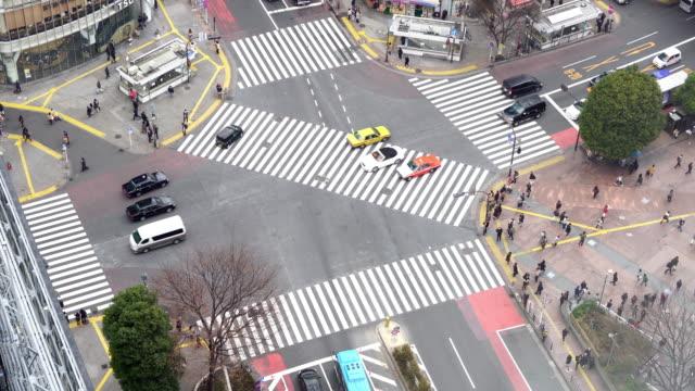 行人過街在澀谷十字路口鳥瞰圖 - 澀谷交叉點 個影片檔及 b 捲影像