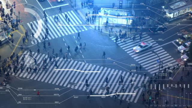 渋谷交差点上空表示通りを横断歩行者 - モノのインターネット点の映像素材/bロール