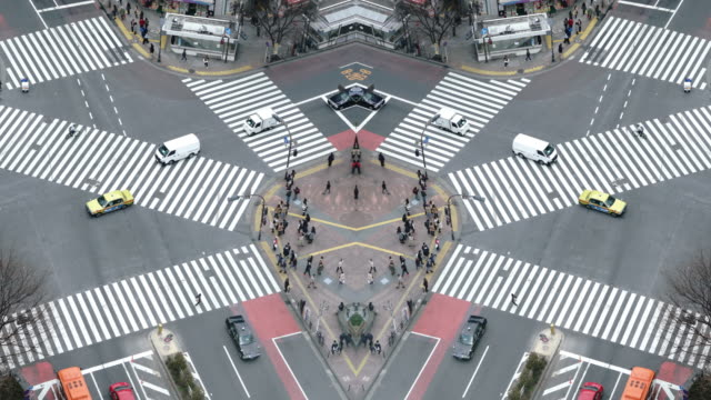 stockvideo's en b-roll-footage met voetgangers oversteken van de straat bij shibuya kruising luchtfoto - oversteekplaats