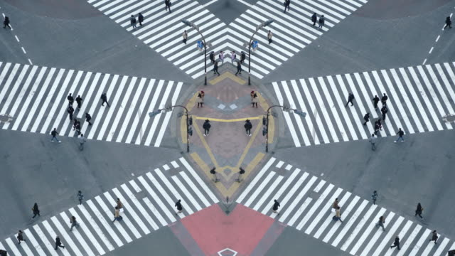 vídeos de stock e filmes b-roll de pedestrians crossing street at shibuya intersection aerial view - encruzilhada
