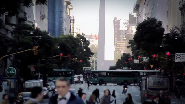 buenos aires (arjantin) street crossing yayalar. - obelisk stok videoları ve detay görüntü çekimi