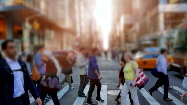 stockvideo's en b-roll-footage met voetgangers in het drukke new york. burgemeester stad van de verenigde staten. - oversteekplaats