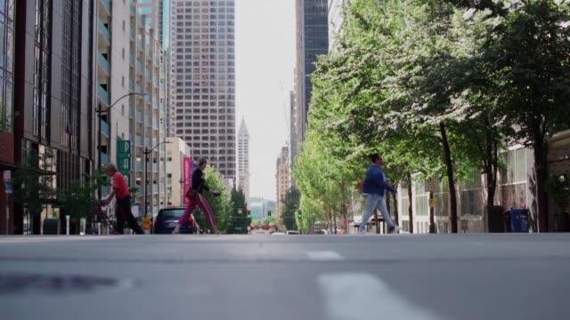 시티 횡단보도의 보행자 - seattle 스톡 비디오 및 b-롤 화면