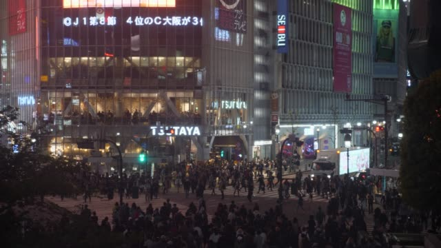 pedestrians walk at shibuya - segnale per macchine e pedoni video stock e b–roll