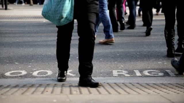 pedoni camminare su street, a londra - arto inferiore animale video stock e b–roll