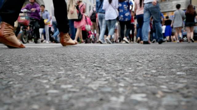 vídeos y material grabado en eventos de stock de pasos de peatones en el paso de cebra en urban city street, tiempo real. - señalización vial