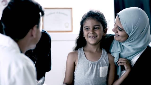 barn läkare pratar med sin patient - vårdklinik bildbanksvideor och videomaterial från bakom kulisserna