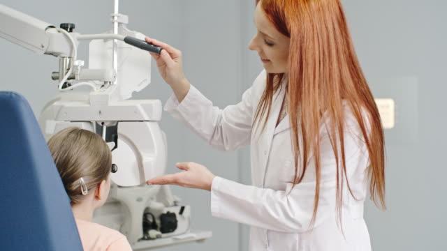 vidéos et rushes de examen d'acuité visuelle pédiatrique - réfracteur