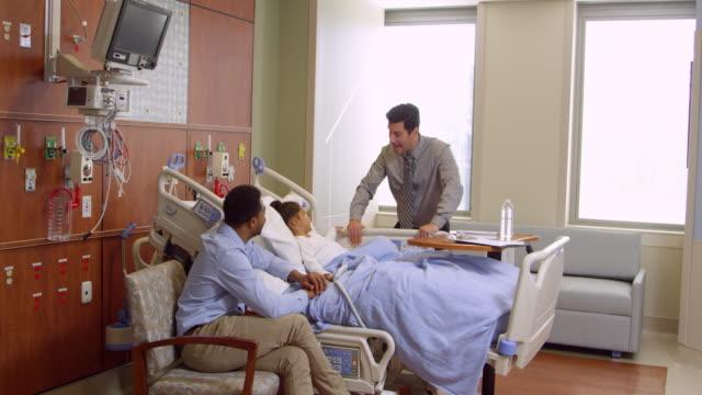 kinderarzt besuche vater und kind im krankenhaus aufgenommen auf r3d - männliches tier stock-videos und b-roll-filmmaterial