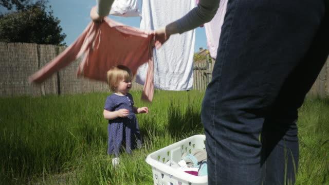 お父さんとピーカブー - 楽しい 洗濯点の映像素材/bロール