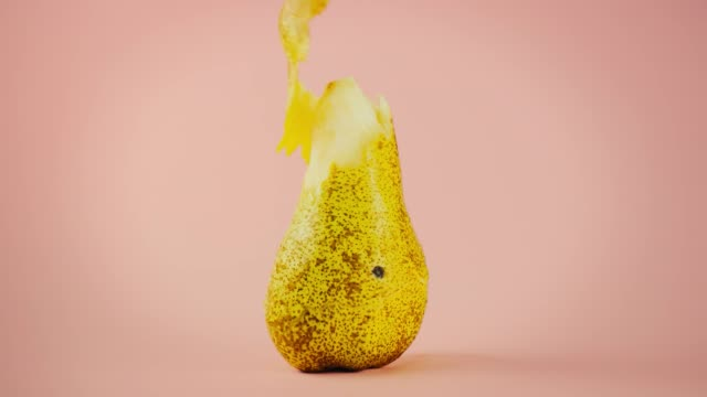 Peeled pera Una pera viene sbucciata in maniera creativa peeled stock videos & royalty-free footage