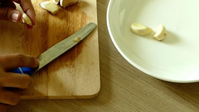 Peeling garlic video