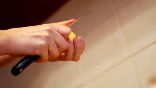 家庭の台所でジャガイモの皮をむいてください。スローモーション - ローフード点の映像素材/bロール