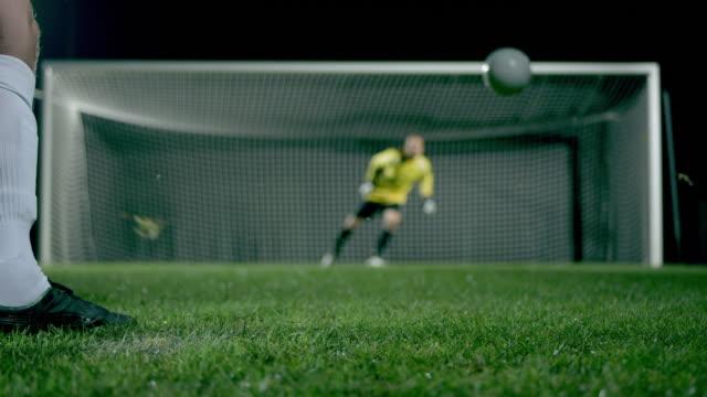 penalty kick with goalkeeper jump parade - strafstoß oder strafwurf stock-videos und b-roll-filmmaterial