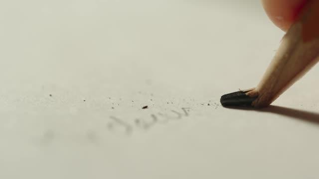 slowmotion: en penna kärna bryter när du skriver - blyertspenna bildbanksvideor och videomaterial från bakom kulisserna