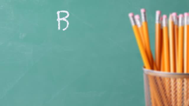 Bleistifthalterung viele Bleistifte mit Tafel im Hintergrund. – Video