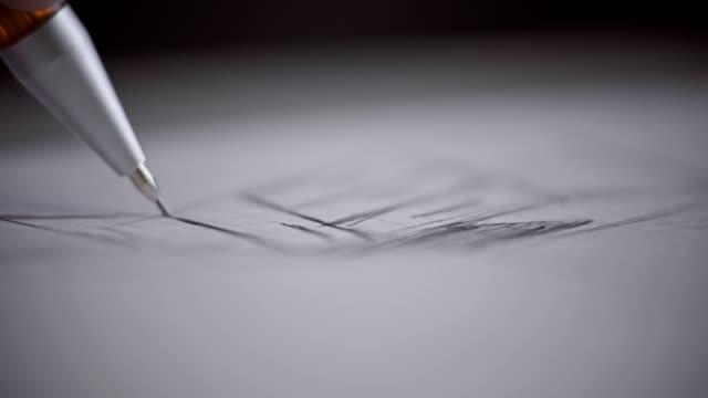 vídeos y material grabado en eventos de stock de lápiz a mano del arquitecto. arquitecto masculino en el trabajo. manos del arquitecto. - tablón
