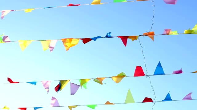 vídeos de stock, filmes e b-roll de galhardete voando ao vento com blu sólido bonito fundo do céu. - insígnia