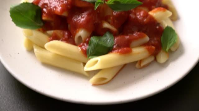 Penne pasta in tomato sauce - Italian food - vídeo