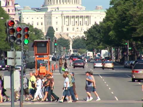vídeos y material grabado en eventos de stock de ntsc: avenida pennsylvania-tilt up - señalización vial
