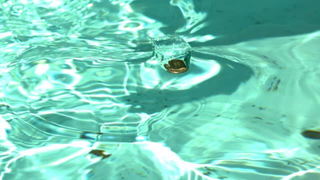 噴水の水にペニー ビデオ