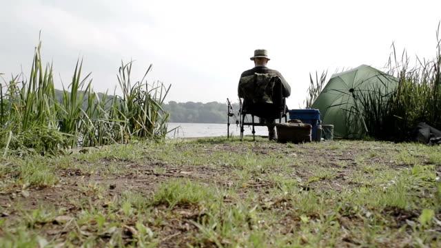 pensionären fiske på stranden av en svenska sjö - meta bildbanksvideor och videomaterial från bakom kulisserna