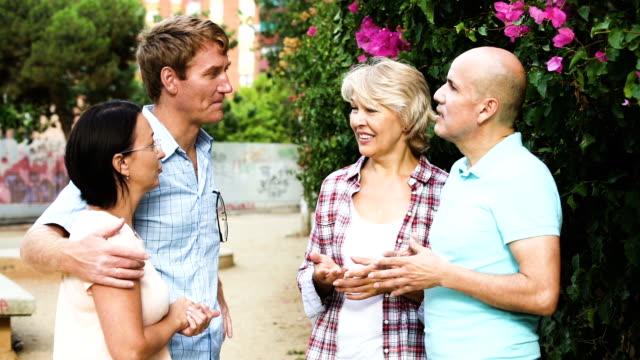 pensionistas, hablando en el parque el fin de semana - vídeo