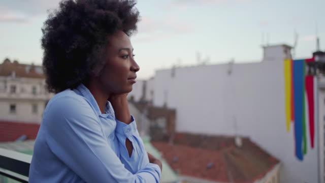 nachdenkliche afroamerikanische geschäftsfrau denkt an ihren tag - introspektion stock-videos und b-roll-filmmaterial