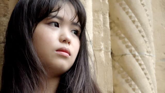 uomo pensieroso e uomo anziano depresso giovane donna guardando lontano profondo nella sua opinione - cultura coreana video stock e b–roll