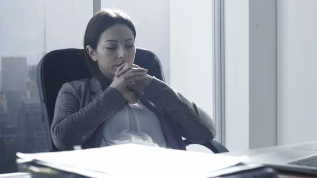 umfassende geschäftsfrau in ihrem büro - introspektion stock-videos und b-roll-filmmaterial