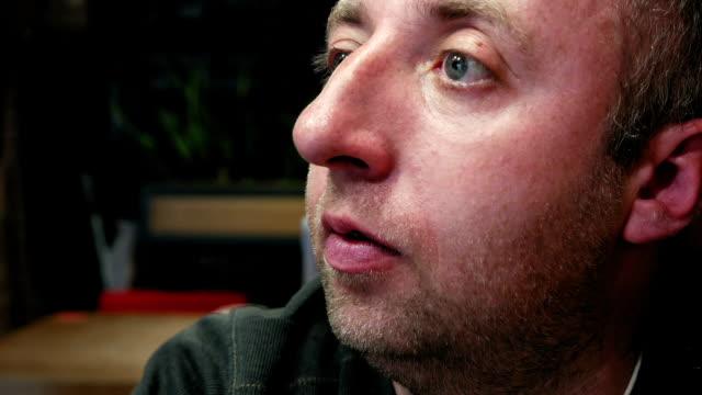 stockvideo's en b-roll-footage met nadenkend man emotionele portret met ogen dicht - alleen één mid volwassen man