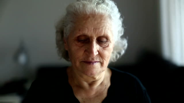 vídeos de stock e filmes b-roll de pensive senior woman portrait drinking tea and looking around - old lady