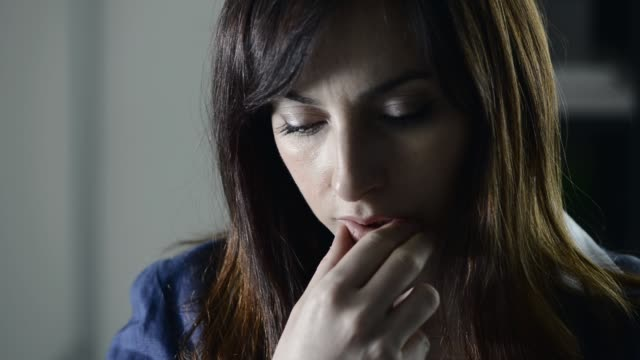 vidéos et rushes de femme réfléchie songeuse - lutte