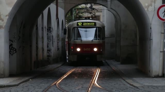 vidéos et rushes de prague, république tchèque - août 2018: gens et tramway historique de malá strana, partie ancienne de la ville. - prague