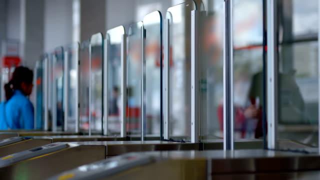 人々はガラスのドアで地下鉄のターンスタイルに近づき、ドアが開きます - 入る点の映像素材/bロール