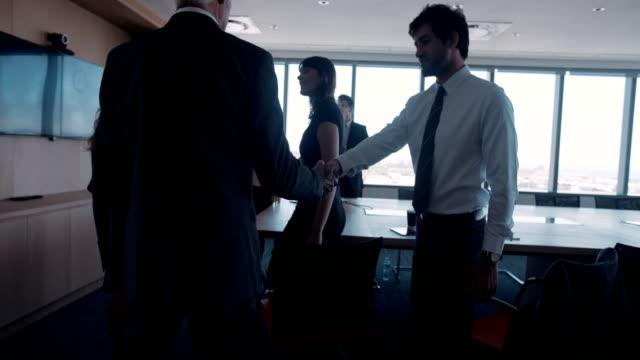 ビジネスの着いている人々 を満たす - 入る点の映像素材/bロール