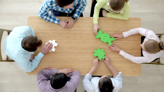 ludzie zbierać puzzle - group of people filmów i materiałów b-roll