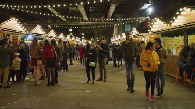 menschen auf einem weihnachtsmarkt, in london, in der nacht - weihnachtsmarkt stock-videos und b-roll-filmmaterial